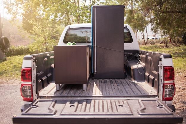 Carica il camion la mattina, il trasloco della famiglia.