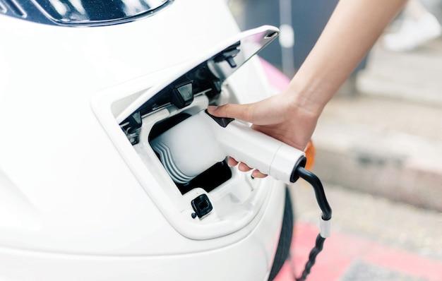Carica l'energia elettrica per l'auto in alta tecnologia
