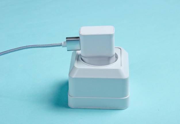 Caricabatterie collegato alla presa di corrente