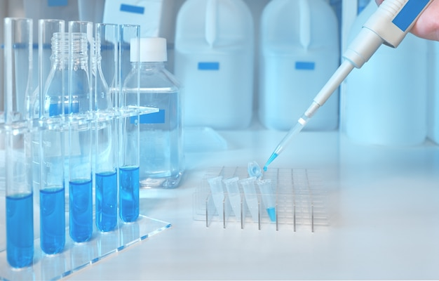 Caricamento del campione liquido con pipetta automatica