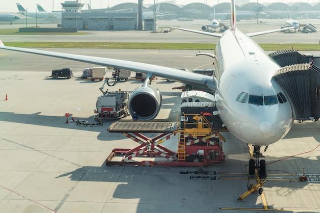 Caricamento del carico sull'aereo in aeroporto prima del volo.