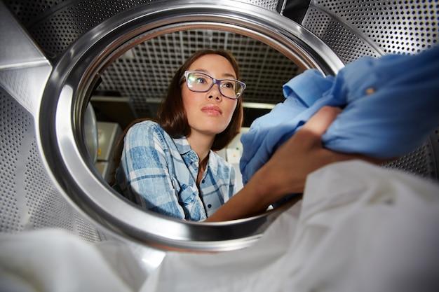 Caricare i vestiti nell'asciugatrice