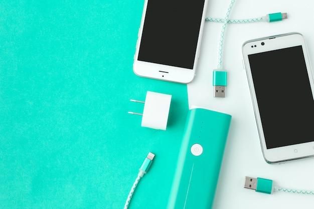Caricatore per smartphone e cavo usb con copia spazio