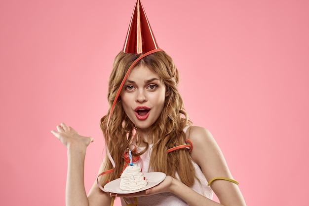 Carina giovane donna con un cupcake e candele festeggia il compleanno