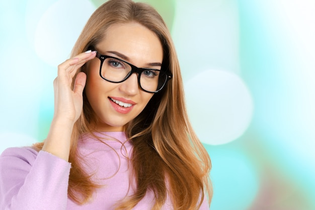 Carina giovane donna d'affari con gli occhiali