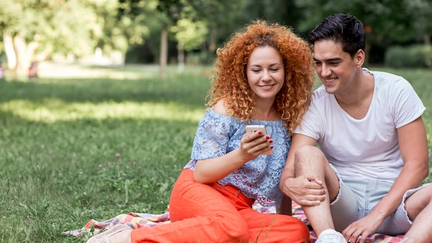 Carino amorevole felice coppia all'aperto prendendo un selfie