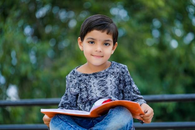 Carino bambino indiano studiando