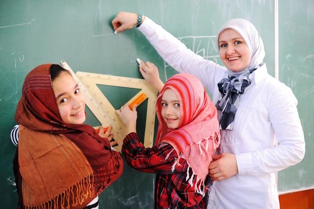 Carino bella scuola bambini in aula con attività di educazione