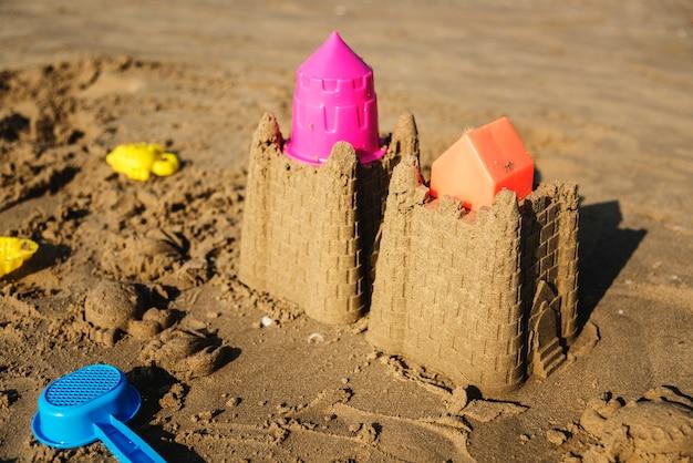 Carino castello di sabbia sulla spiaggia