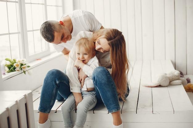 Carino e grande famiglia seduti a casa
