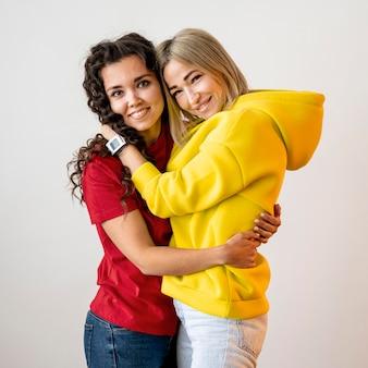 Carino multirazziale migliori amiche che abbracciano