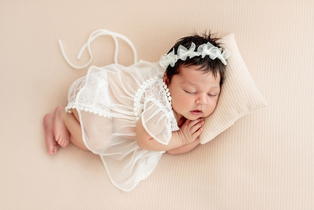 Carino neonato dorme sul lato