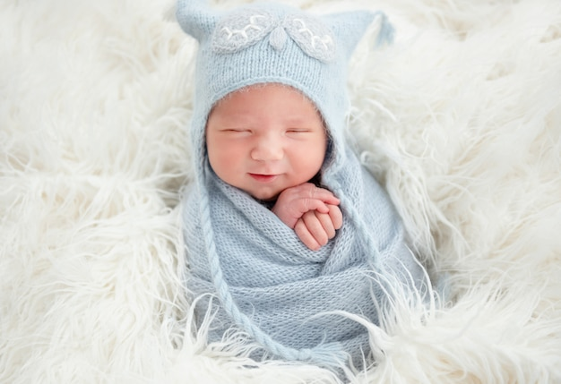 Carino neonato in abito lavorato a maglia