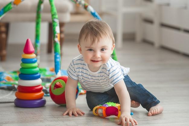 Carino piccolo bambino che gioca al chiuso. neonato abbastanza infantile
