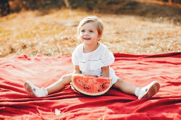 Carino piccolo bambino con un'anguria