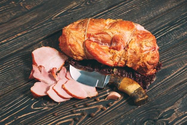 Carne affumicata su legno.
