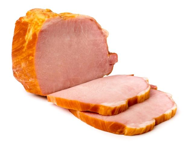 Carne affumicata tagliata a pezzi su bianco isolato.