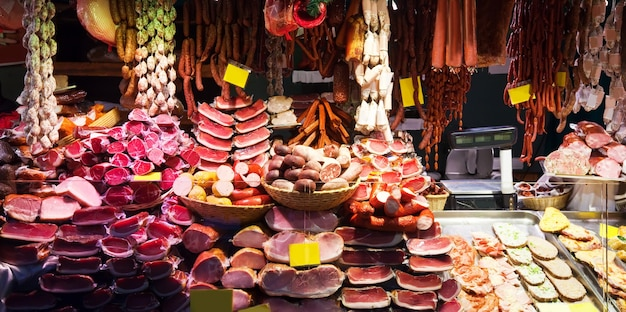 Carne alla finestra del negozio