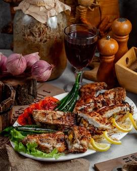 Carne alla griglia con peperone verde
