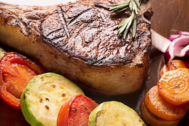 Carne alla griglia con verdure e rosmarino