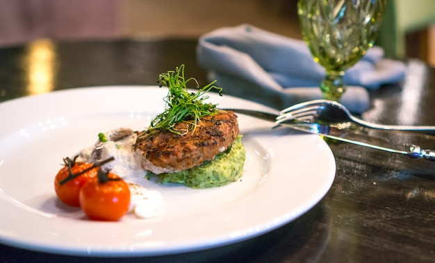 Carne alla griglia decorata con verdure