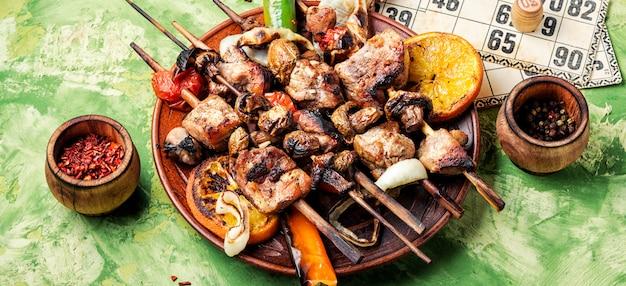 Carne alla griglia e giochi da tavolo