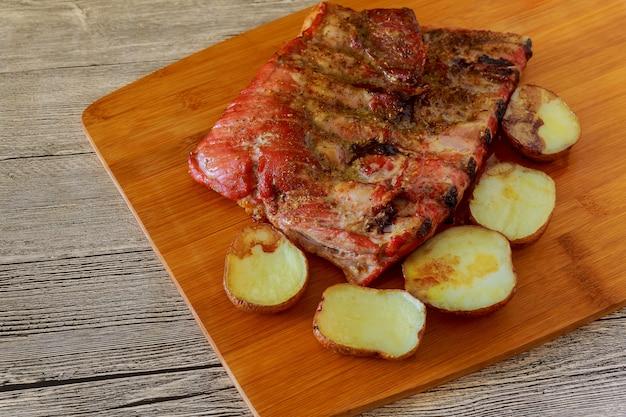Carne alla griglia e verdure, delizioso cibo rustico