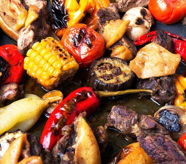 Carne alla griglia e verdure
