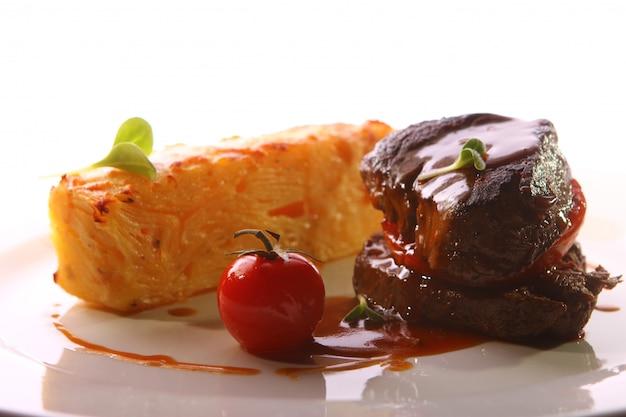 Carne alla griglia servita in uno stile gourmet