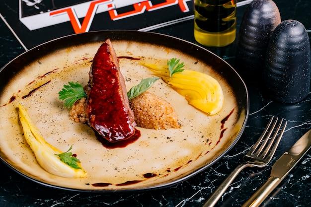 Carne arrostita con la vista laterale della salsa di prezzemolo del limone della quinoa