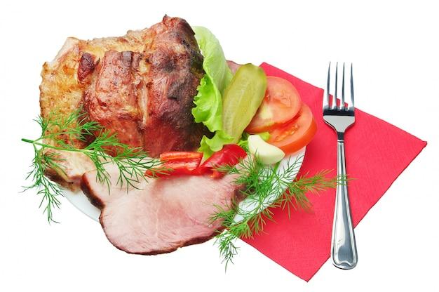 Carne arrosto con verdure e forchetta isolata