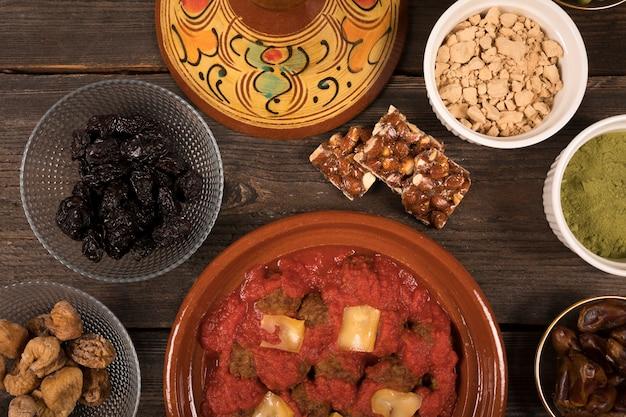 Carne con frutta secca e spezie