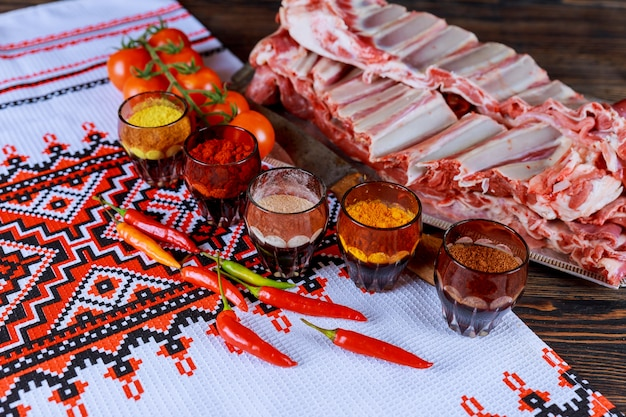 Carne cruda, carne di montone, agnello marinato con erbe fresche