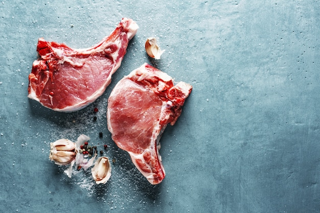 Carne cruda con ingredienti per cucinare