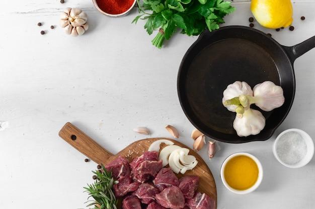 Carne cruda con verdure