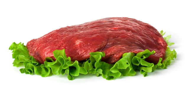 Carne cruda fresca con insalata verde