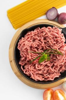 Carne cruda rossa del manzo tritato che cucina la bistecca dell'hamburger dell'ingrediente su fondo bianco