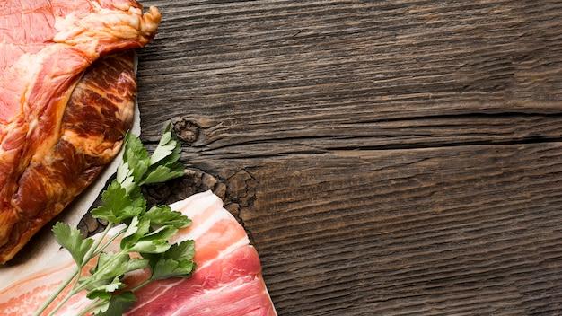 Carne deliziosa del primo piano sul tavolo
