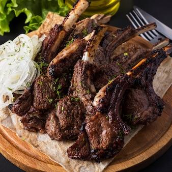 Carne di agnello alla griglia. bordi fritti di un agnello. sashlik. avvicinamento