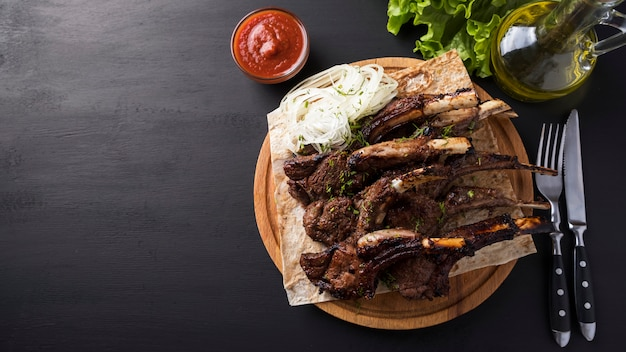 Carne di agnello alla griglia. bordi fritti di un agnello. . vista dall'alto