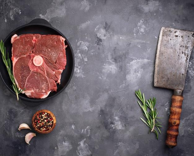 Carne di agnello con rosmarino, spezie e mannaia.