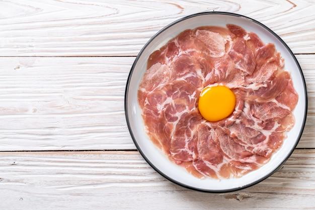 Carne di maiale affettata fresca cruda con l'uovo
