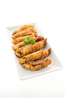 Carne di maiale croccante fritta isolata su fondo bianco