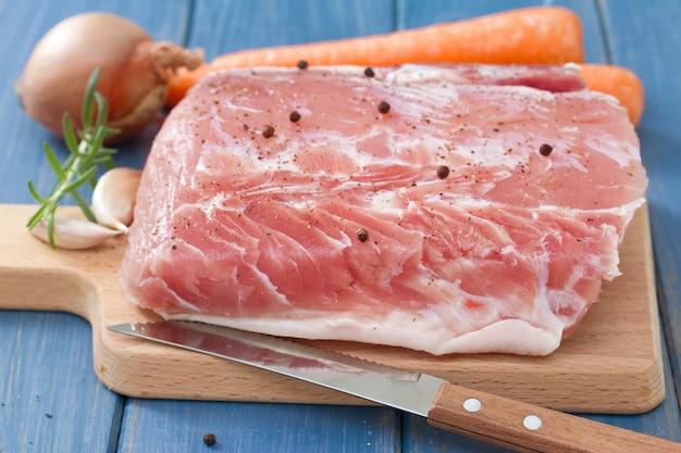 Carne di maiale cruda con cipolla e carota