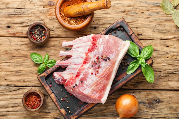 Carne di maiale cruda sul tagliere