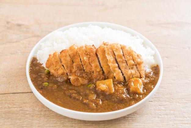 Carne di maiale fritta con curry su riso