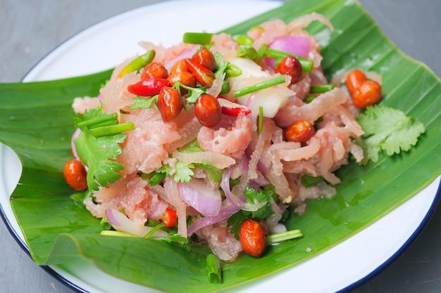Carne di maiale macinata fermentata alimento tradizionale tailandese, peperoncini rossi rossi e verdi freschi