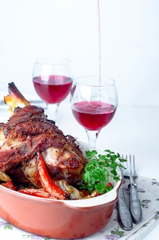 Carne di maiale speziata croccante alla griglia o coscia di pollo