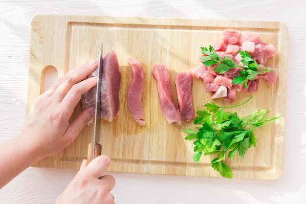 Carne di maiale su sfondo bianco