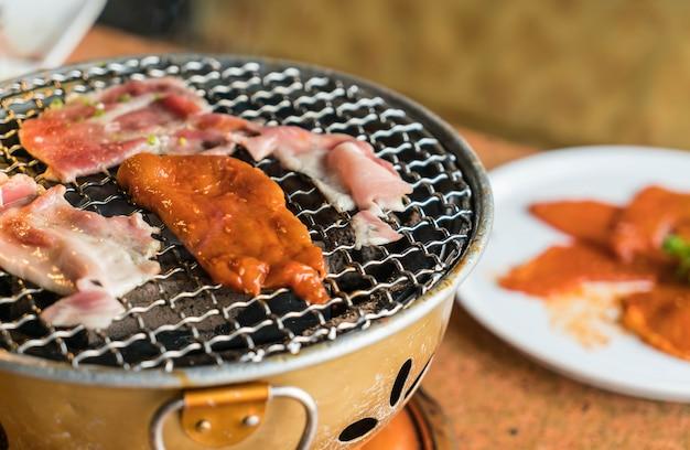 Carne di maiale sulla griglia del carbone di legna